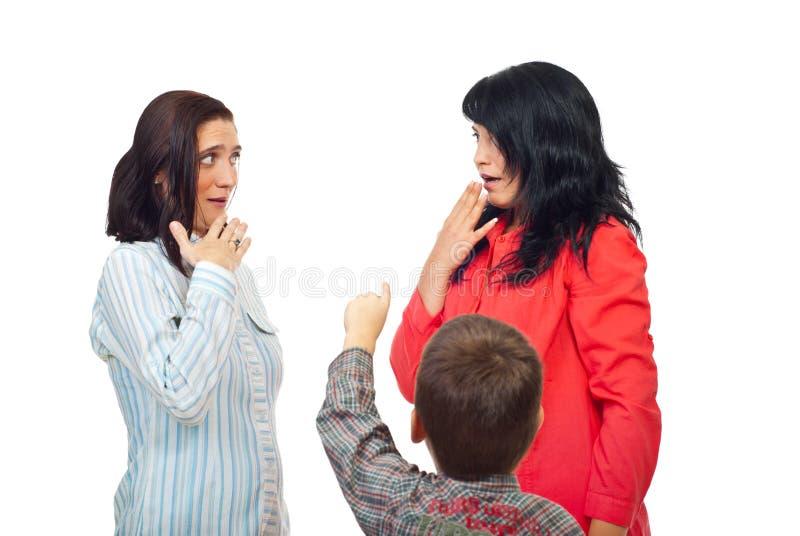 Kleiner Junge, der auf zwei Frauen zeigt lizenzfreie stockfotografie