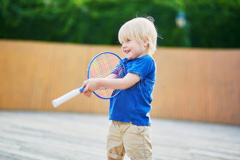 Kleiner Junge, der Badminton mit Mutter auf dem Spielplatz spielt lizenzfreie stockfotos