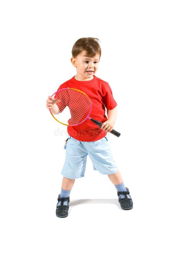Kleiner Junge, der Badminton spielt stockfotografie