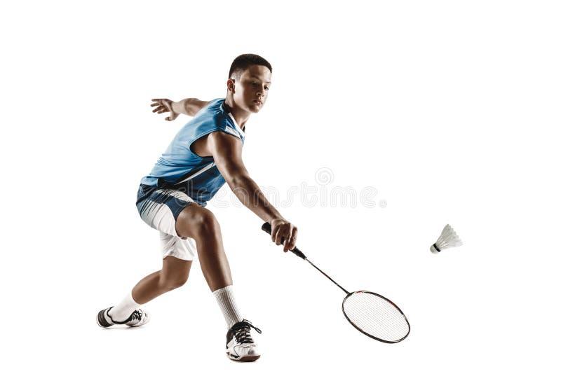 Kleiner Junge, der das Badminton lokalisiert auf weißem Studiohintergrund spielt stockfotografie