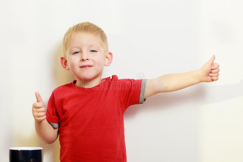 Kleiner Junge, der Daumen herauf Geste zeigend spielt lizenzfreies stockbild