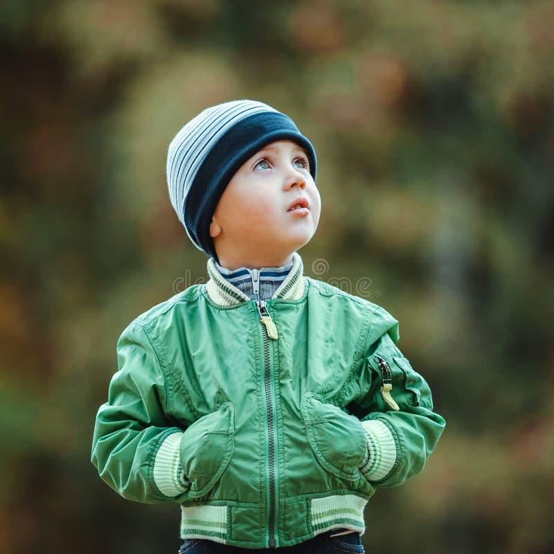 Kleiner Junge, der in den Park geht lizenzfreie stockfotografie