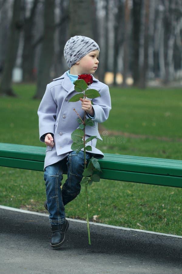 Kleiner Junge, der in den Park wartet stockbild