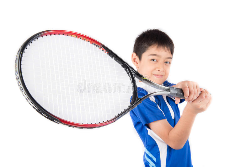 Kleiner Junge, der in der Hand Tennisschläger und -Tennisball spielt stockfoto
