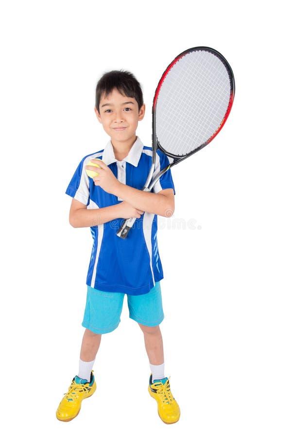 Kleiner Junge, der in der Hand Tennisschläger und -Tennisball spielt stockbilder