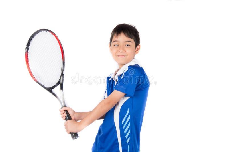 Kleiner Junge, der in der Hand Tennisschläger und -Tennisball spielt stockfotos