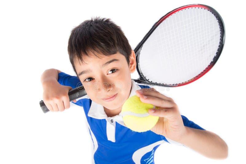 Kleiner Junge, der in der Hand Tennisschläger und -Tennisball spielt lizenzfreie stockfotografie