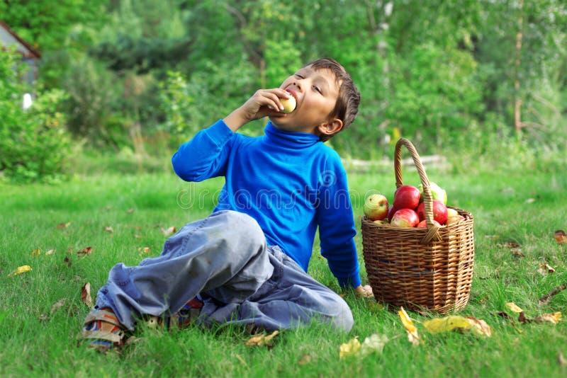 Kleiner Junge, der draußen aufwirft stockbilder
