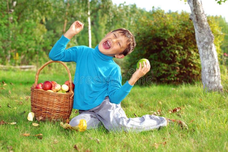 Kleiner Junge, der draußen aufwirft lizenzfreie stockbilder