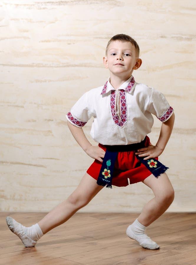 Kleiner Junge, der eine Balletthaltung übt lizenzfreies stockfoto