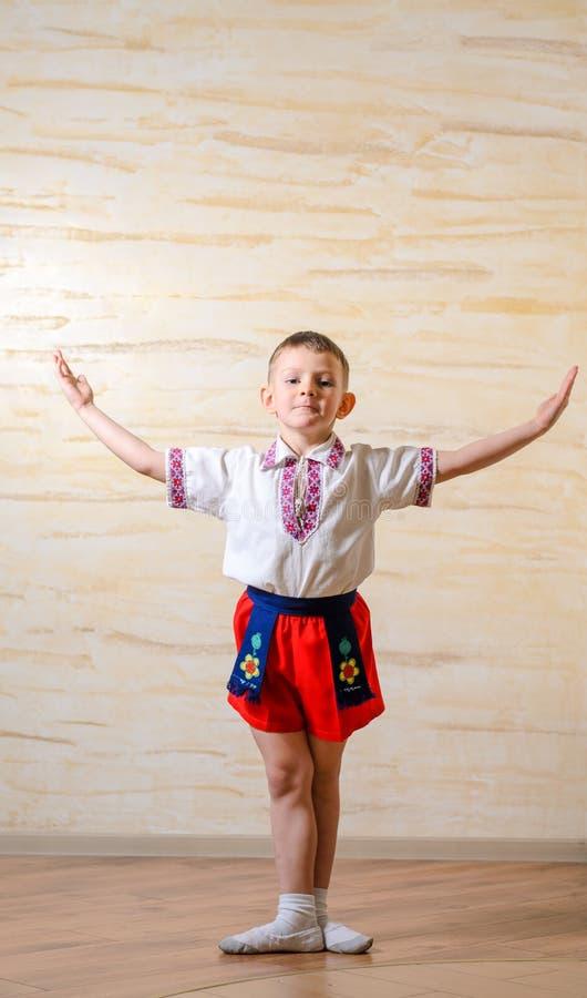 Kleiner Junge, der eine Balletthaltung übt stockfotos