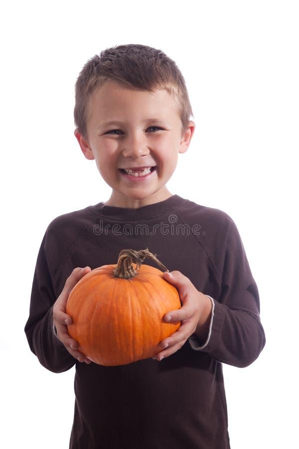 Kleiner Junge, der einen Kürbis anhält stockbilder