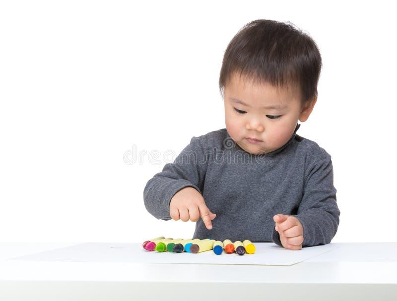 Kleiner Junge, der Farbe wählt lizenzfreies stockfoto
