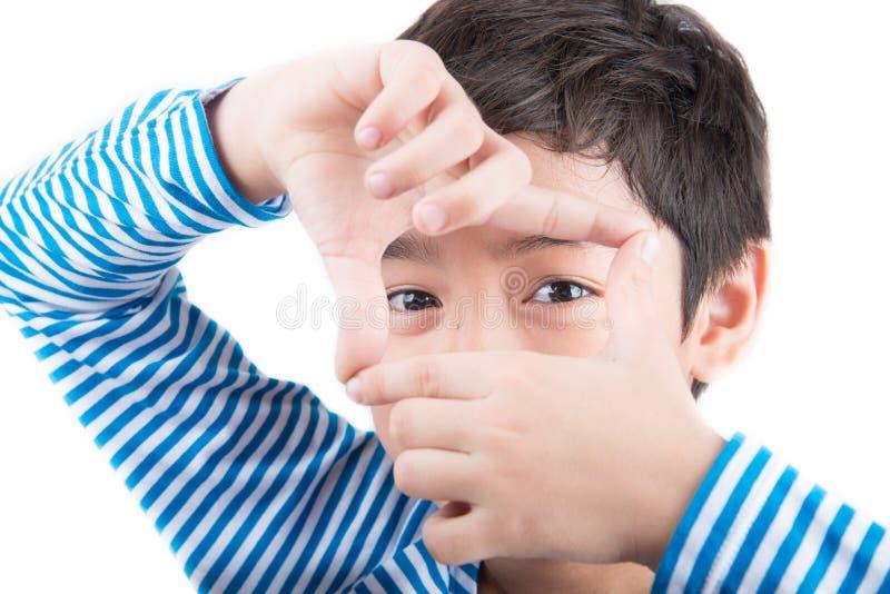 Kleiner Junge, der Hand nahe hohe Haltung zeigt lizenzfreie stockbilder
