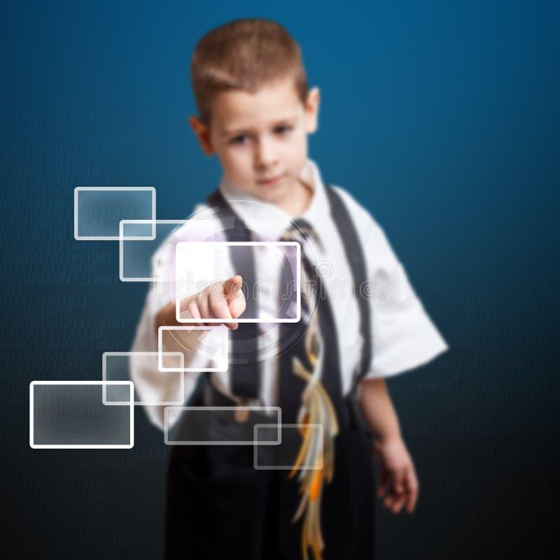 Kleiner Junge, der High-Techen Typen bedrängt stock abbildung