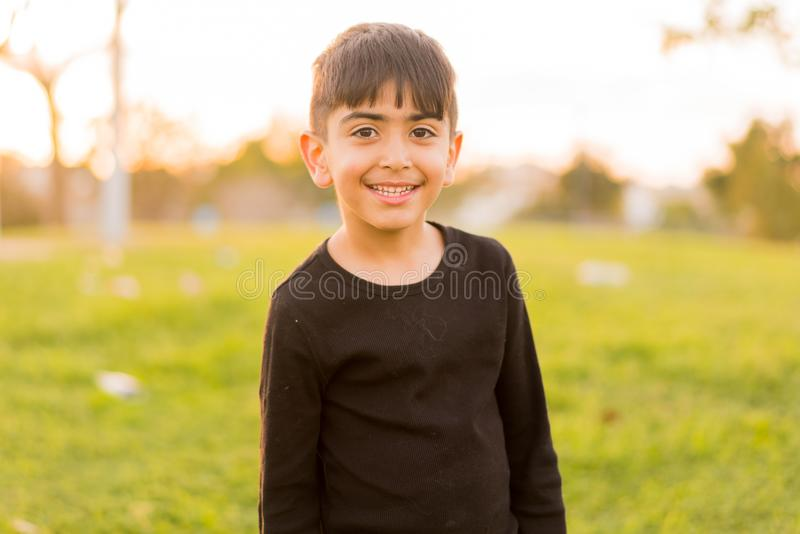Kleiner Junge, der im Park lächelt stockbilder