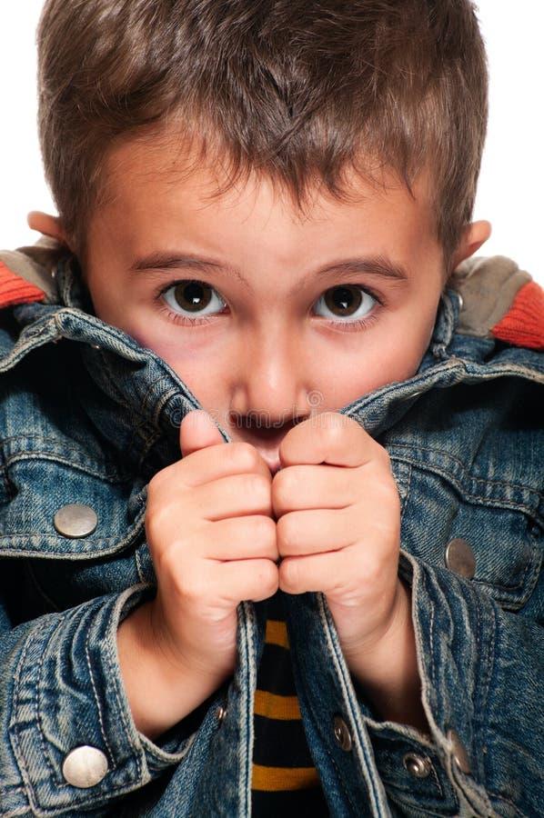 Kleiner Junge, der Kälte erhält stockfoto