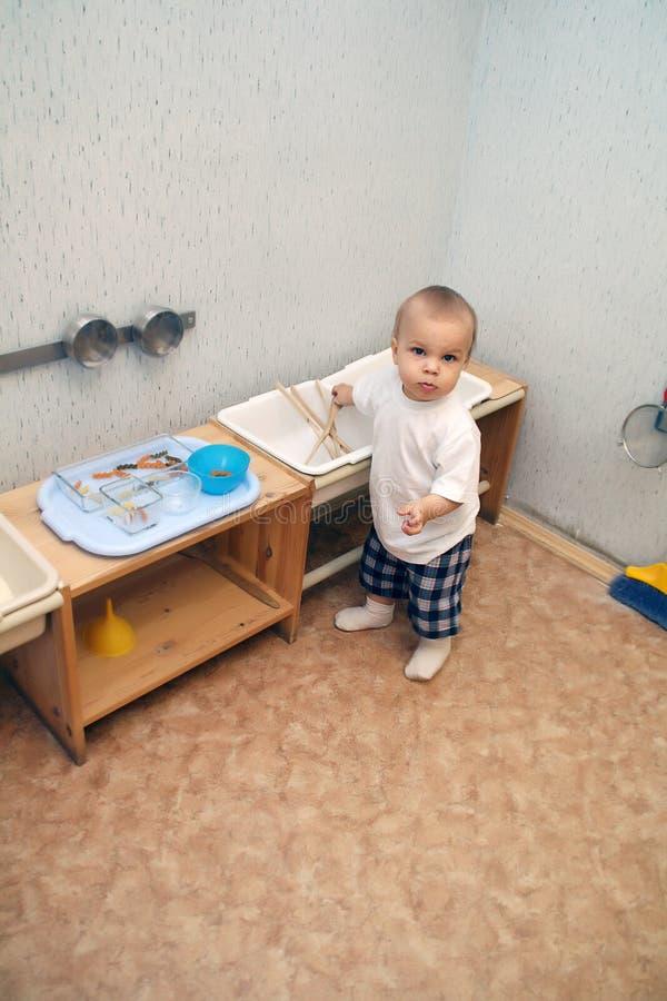 Kleiner Junge, der Küche spielt lizenzfreies stockfoto