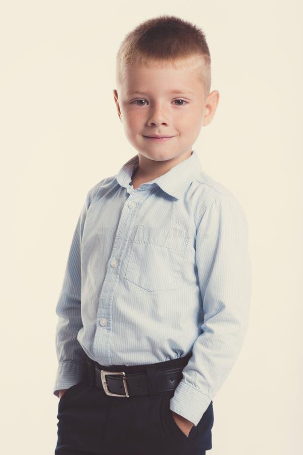 Kleiner Junge in der Klage Ein Portrait des Mädchenabschlusses oben Zurück zu Schule Stilvoller Mann im modernem Anzugshemd und - lizenzfreie stockfotos