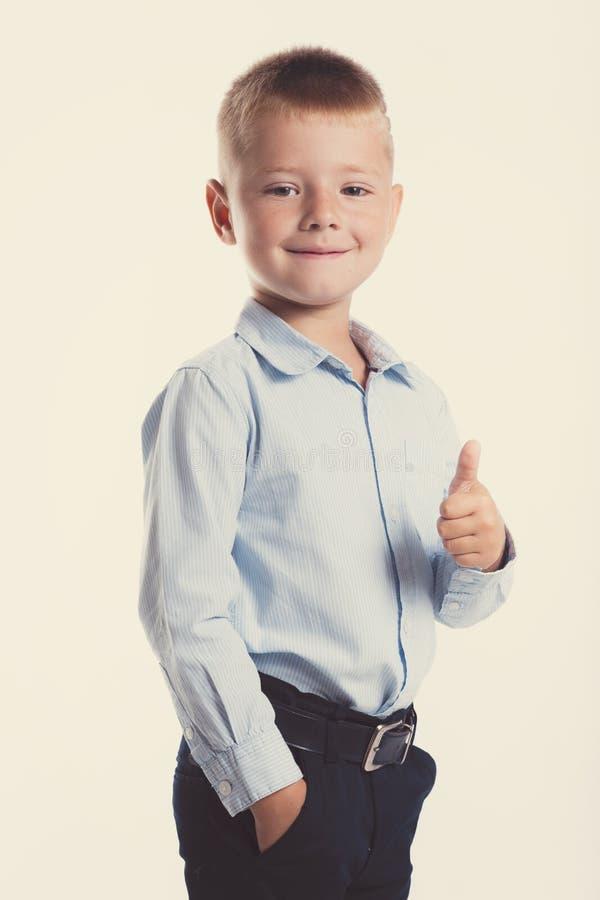 Kleiner Junge in der Klage Ein Portrait des Mädchenabschlusses oben Zurück zu Schule Stilvoller Mann im modernem Anzugshemd und - stockfoto