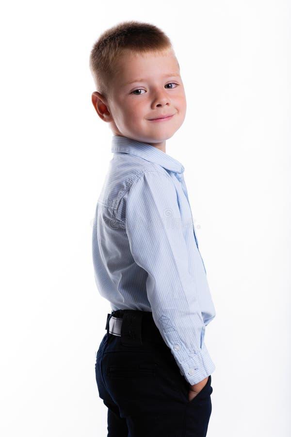 Kleiner Junge in der Klage Ein Portrait des Mädchenabschlusses oben Zurück zu Schule stilvolles m lizenzfreies stockbild