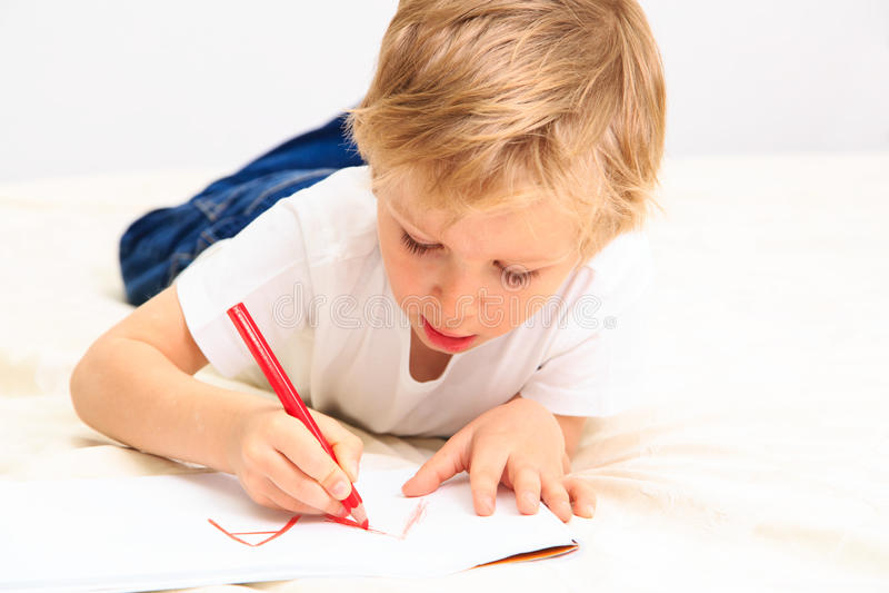 Kleiner Junge, der lernt, Briefe zu schreiben lizenzfreie stockfotos