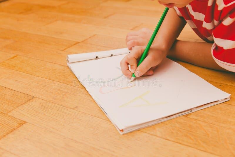 Kleiner Junge, der lernt, Briefe zu schreiben stockfotografie