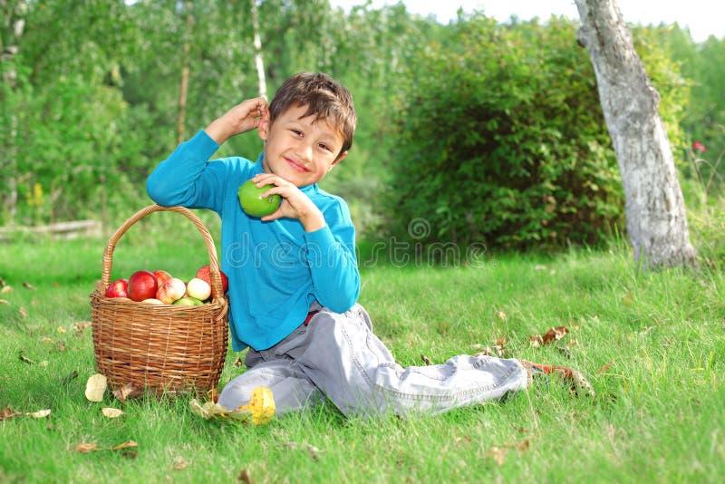 Kleiner Junge, der mit Äpfeln aufwirft lizenzfreies stockfoto