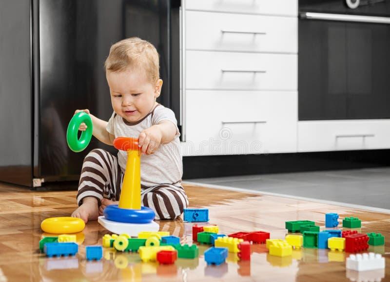 Kleiner Junge, der mit pädagogischen Spielwaren spielt stockfotos