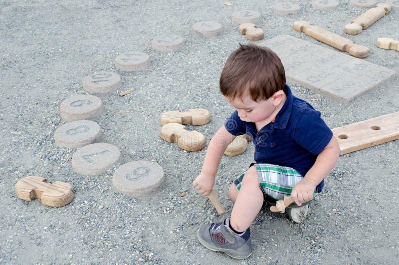 Kleiner Junge, der am Museum der Kinder spielt stockfotografie