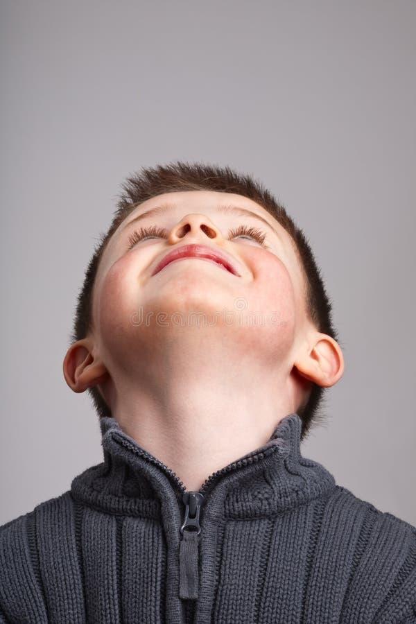 Kleiner Junge, der oben schaut stockbild