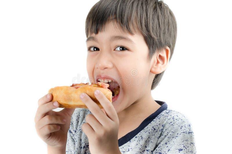 Kleiner Junge, der Pizza auf weißem Hintergrund isst lizenzfreie stockfotografie
