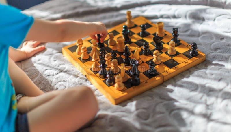 Kleiner Junge, der Schach spielt lizenzfreies stockbild