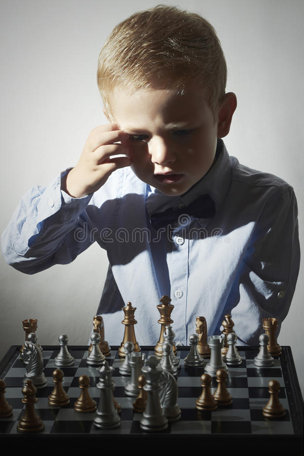 Kleiner Junge, der Schach spielt Intelligentes kleines Genie Kind Intelligentes Spiel Schachbrett stockbilder