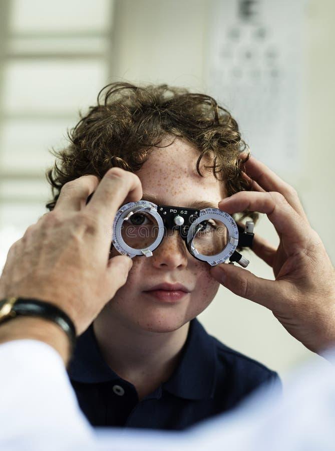 Kleiner Junge, der seine Augen überprüft erhält lizenzfreies stockfoto