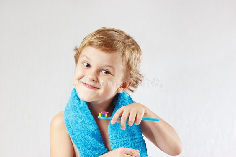 Kleiner Junge, der seine Zähne putzt lizenzfreie stockbilder