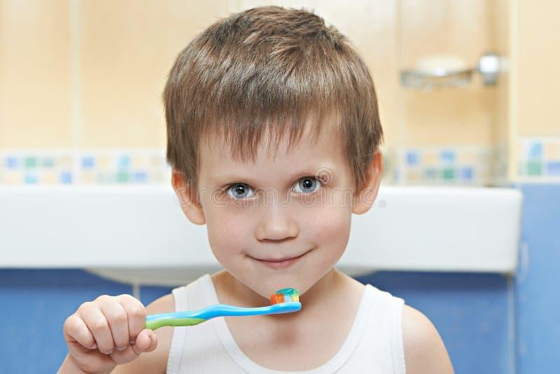 Kleiner Junge, der seine Zähne putzt stockfoto