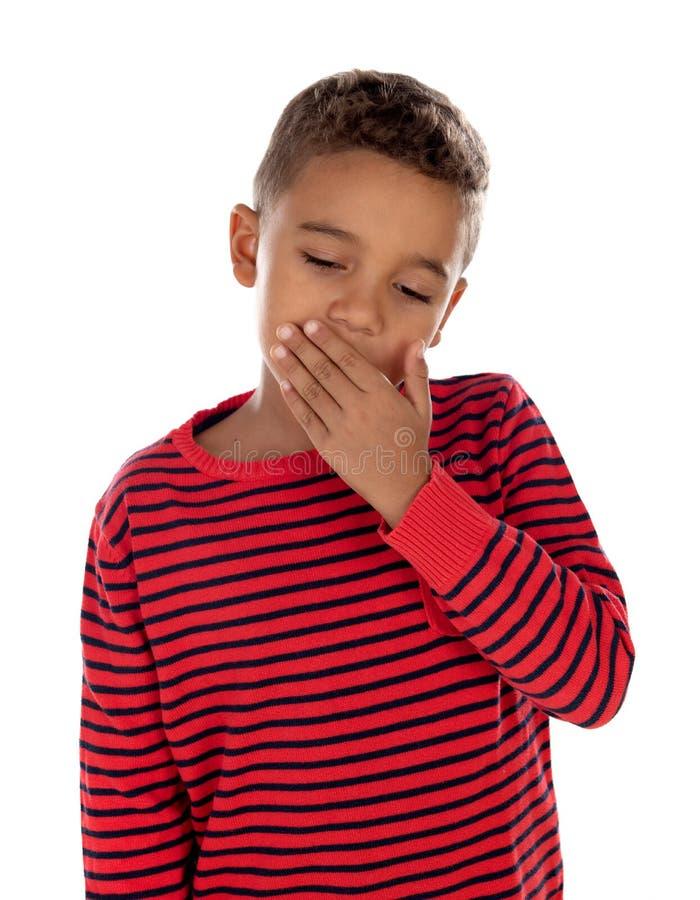 Kleiner Junge, der seinen Mund bedeckt lizenzfreie stockfotos