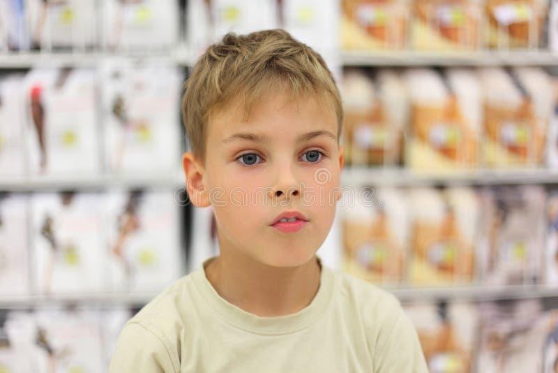 Kleiner Junge, der Seite betrachtet stockbild