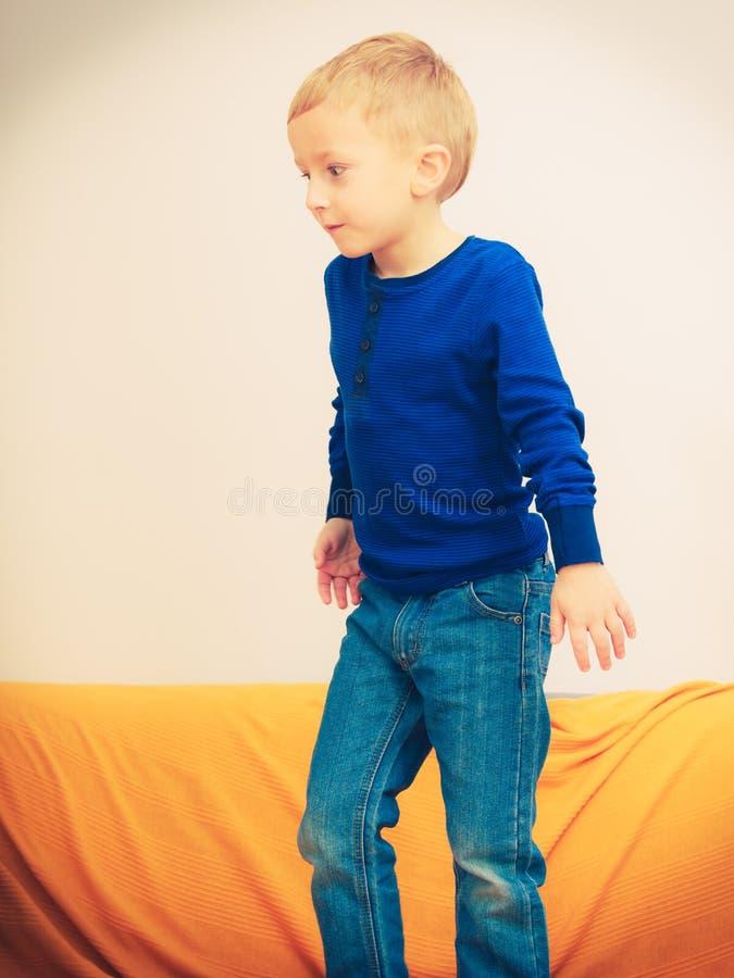 Kleiner Junge, der Spaß spielt und hat stockfotos