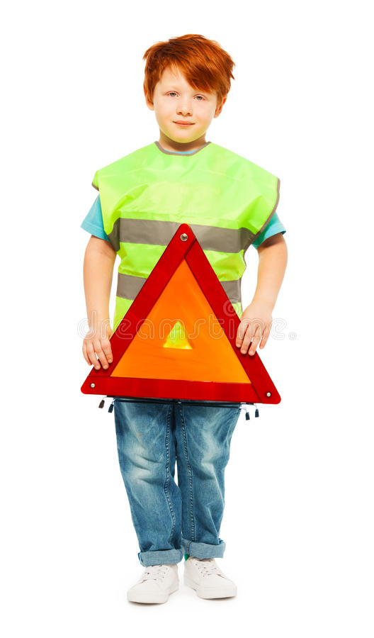 Kleiner Junge, der Straßenverkehrsordnung lernt stockfoto