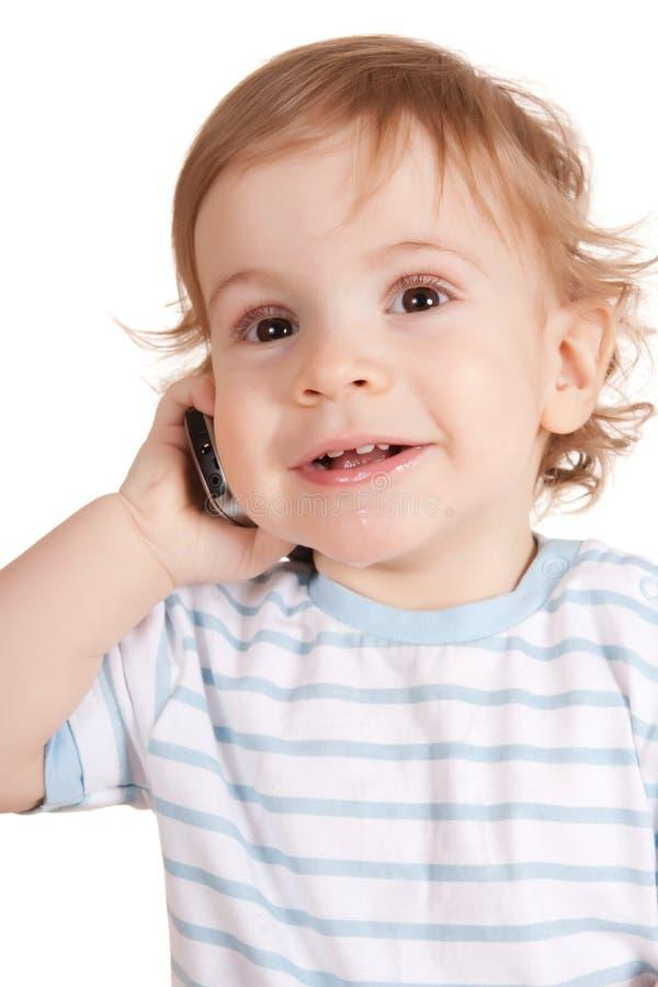 Kleiner Junge, der am Telefon spricht. stockfoto