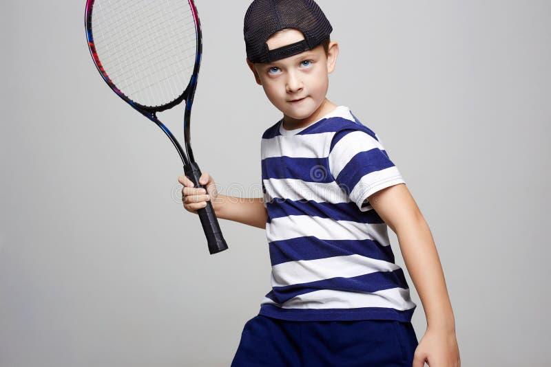 Kleiner Junge, der Tennis spielt Sportkind lizenzfreie stockbilder