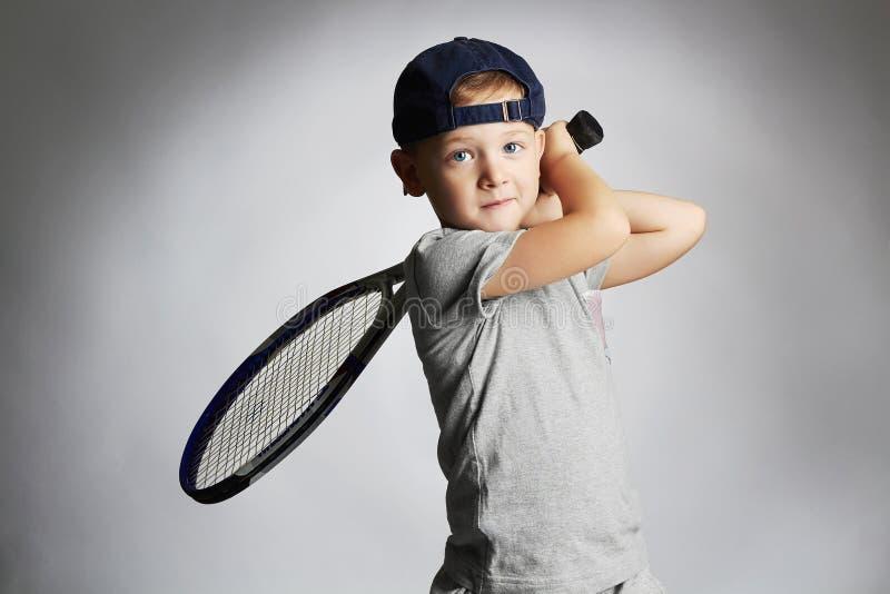 Kleiner Junge, der Tennis spielt Sportkinder Kind mit Tennis-Schläger lizenzfreies stockfoto