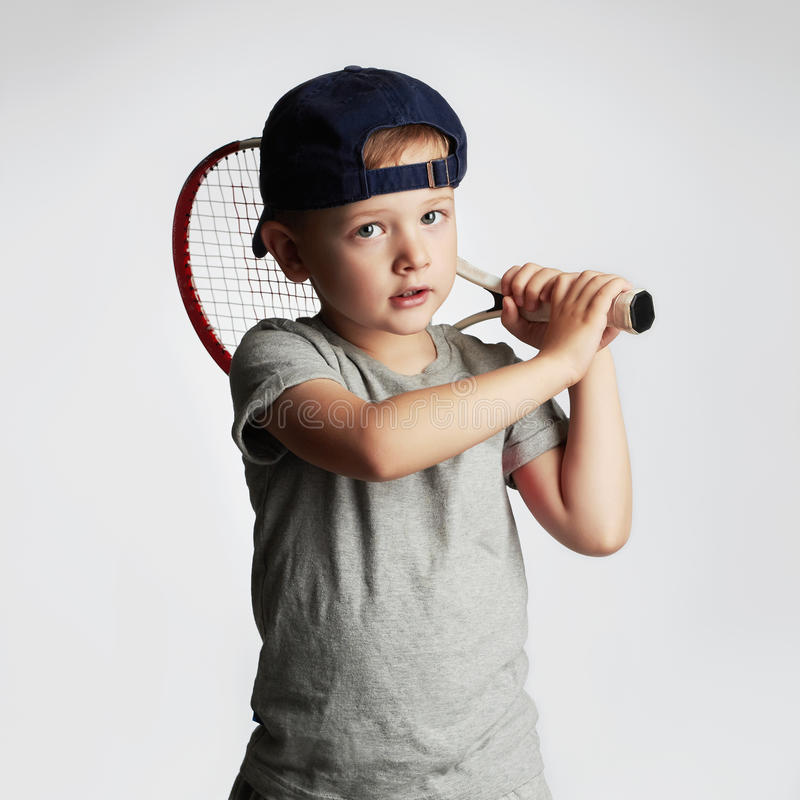 Kleiner Junge, der Tennis spielt Sportkinder Kind mit Tennis-Schläger lizenzfreie stockbilder