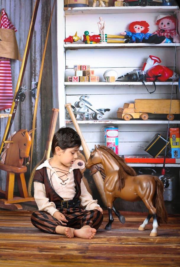 Junge und seine Spielwaren stockfotos