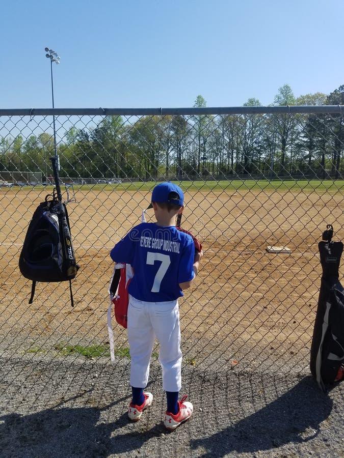 Kleiner Junge an einem Baseballspiel lizenzfreie stockbilder