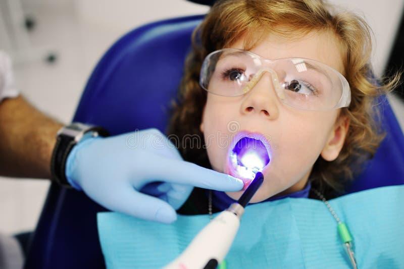 Kleiner Junge an einer Aufnahme am Zahnarzt lizenzfreie stockbilder