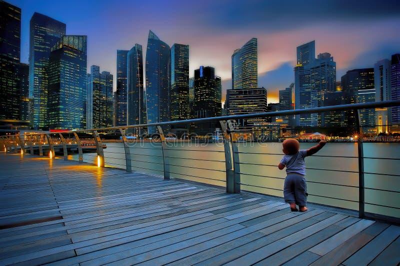 Kleiner Junge in einer Großstadt lizenzfreies stockfoto