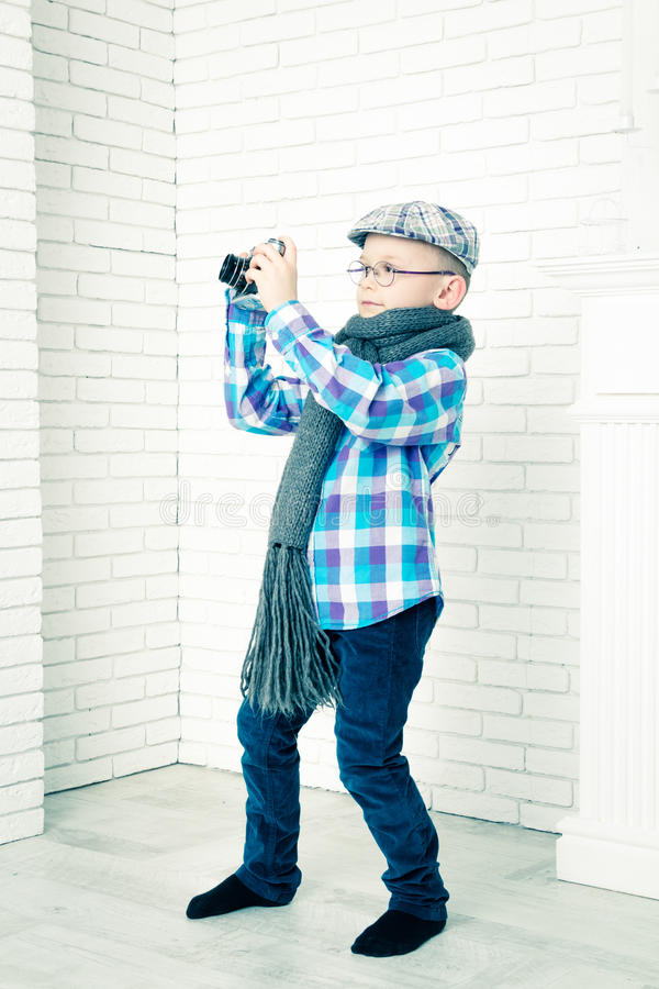 Kleiner Junge in einer Kappe fotografiert stockbilder